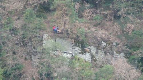 Wanderinnen auf Felskante
